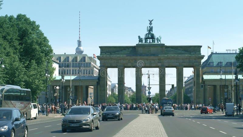 BERLIN TYSKLAND - APRIL 30, 2018 Den Brandenburg porten och TVtornet är bland av besöka gränsmärken av arkivfoto