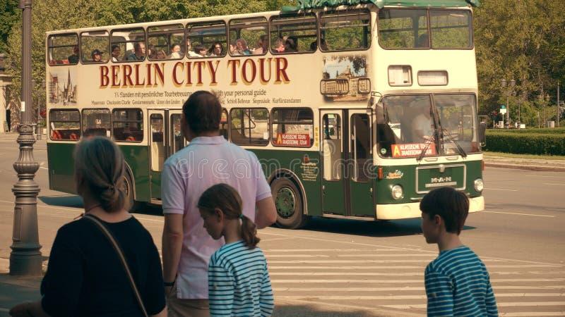 BERLIN TYSKLAND - APRIL 30, 2018 Stadssighten turnerar bussen royaltyfri bild