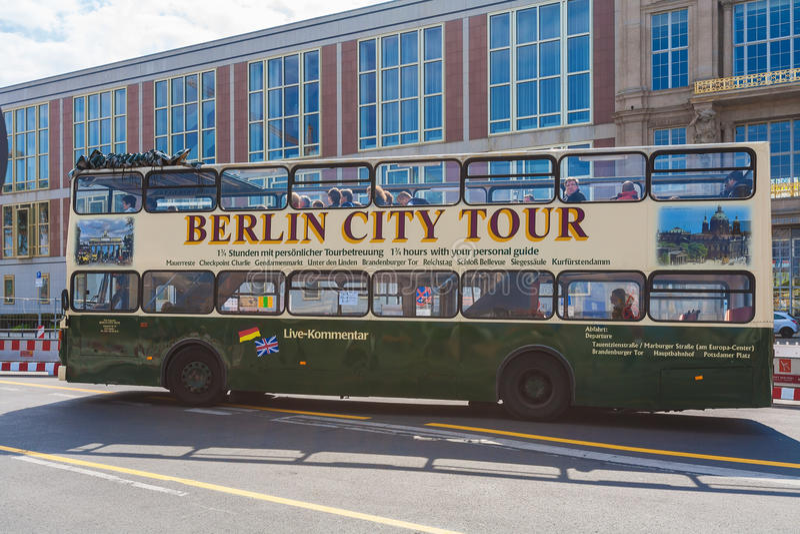 BERLIN TYSKLAND - APRIL 2, 2008: Turnera dubbeldäckarebussen på set arkivbild