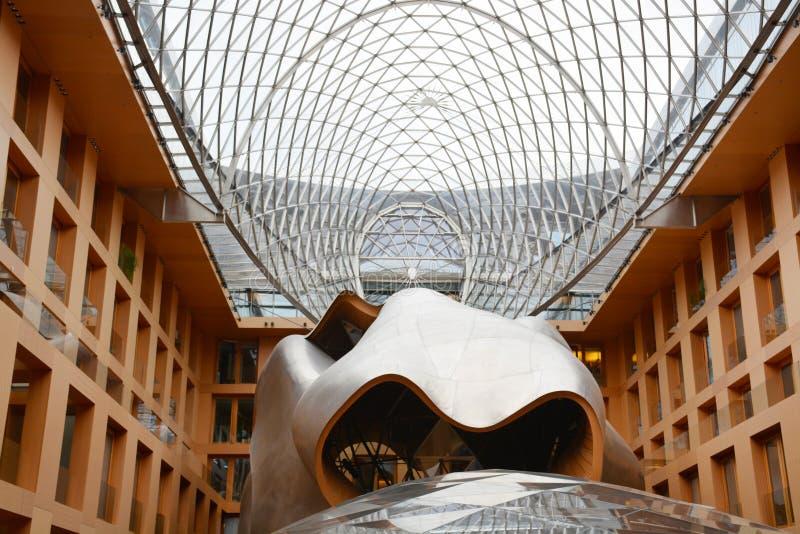 Berlin Tyskland - 5 Augusti 2015: DZ Bank byggnad Pariser Platz 3, Mitte, centrala Berlin Frank Gehry Architects 1998-2000 arkivbild