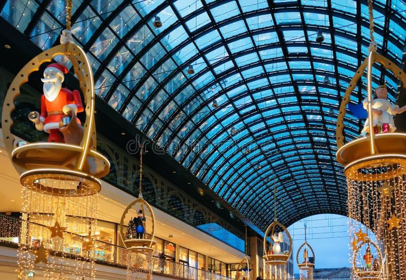 Berlin Tyskland - December 12, 2017: Santa Claus på shoppinggalleria- och julgarnering och ljus i Berlin, Tyskland detaljhandel fotografering för bildbyråer