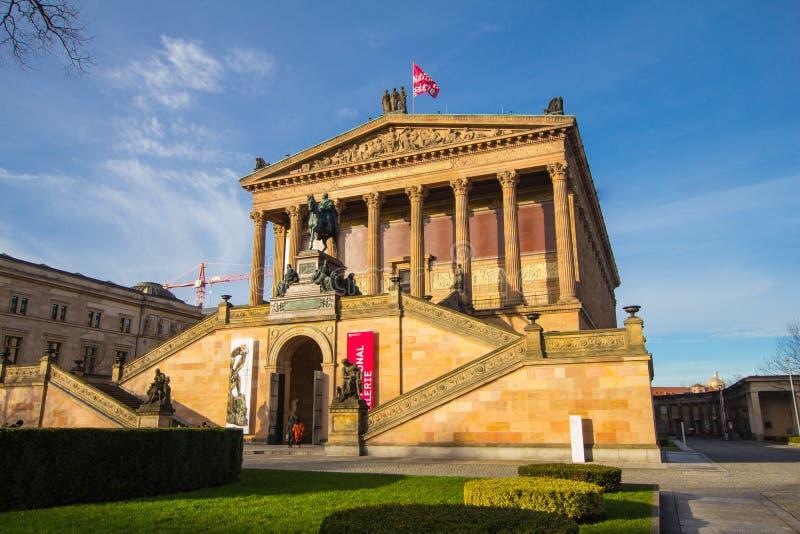 BERLIN TYSKLAND - 6 Januari 2017: Alten Nationalgalerie som betyder gammal National Gallery i den Museumsinsel betydelsen arkivfoton