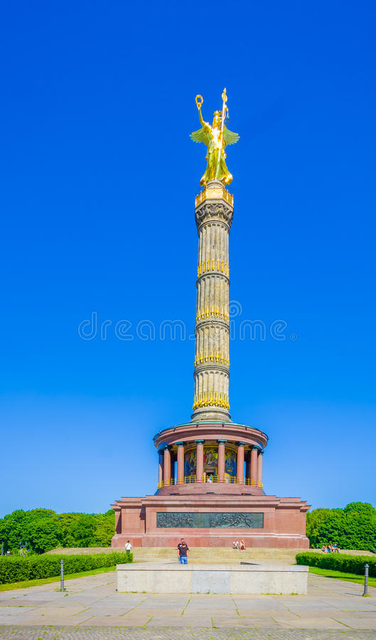 BERLIN TYSKLAND - JUNI 06, 2015: Den guld- statyn i överkanten av kolonnen i Tiergarten parkerar i Berlin royaltyfria bilder