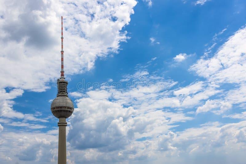 BERLIN TYSKLAND - JUNI 18, 2018: det Berlin TVtornet mot royaltyfri fotografi