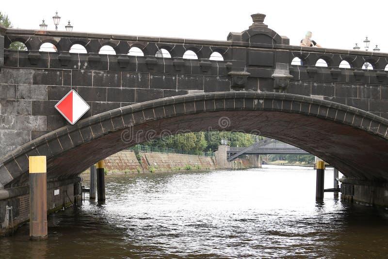 Berlin Tyskland, 13 Juni 2018 Forntida stenbro ?ver floden royaltyfria bilder