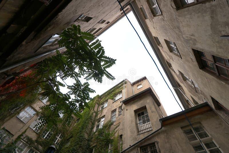 Berlin Tyskland, 13 Juni 2018 Gamla bostads- byggnader i en borggård i östliga Berlin fotografering för bildbyråer