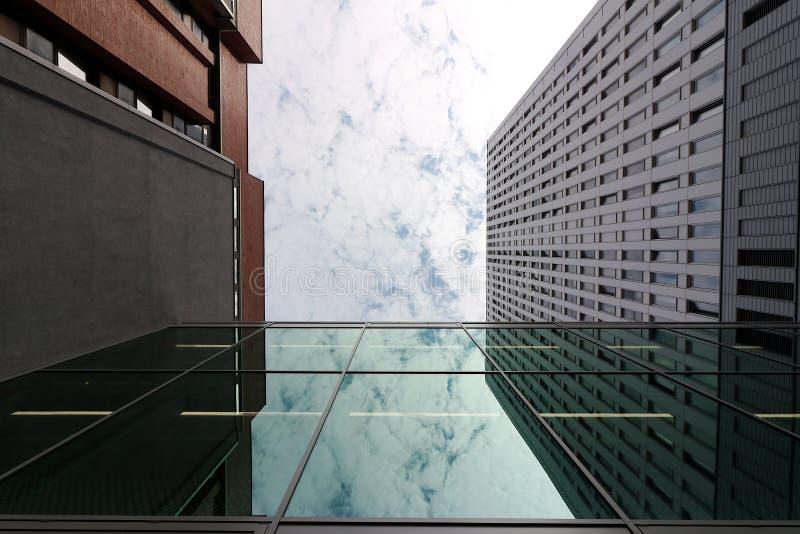 Berlin Tyskland, 13 Juni 2018 Moderna byggnader av den nya Berlin Himlen avspeglas i ett fönster royaltyfri foto