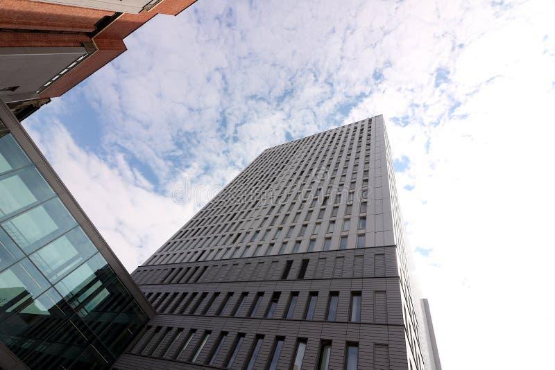 Berlin Tyskland, 13 Juni 2018 Moderna byggnader av den nya Berlin Himlen avspeglas i ett f?nster royaltyfri bild
