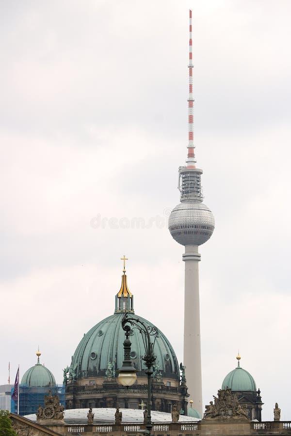 Berlin Tyskland, 13 Juni 2018 Sfären av det Berlin televisiontornet och de forntida koppar-klädda kupolerna arkivfoto