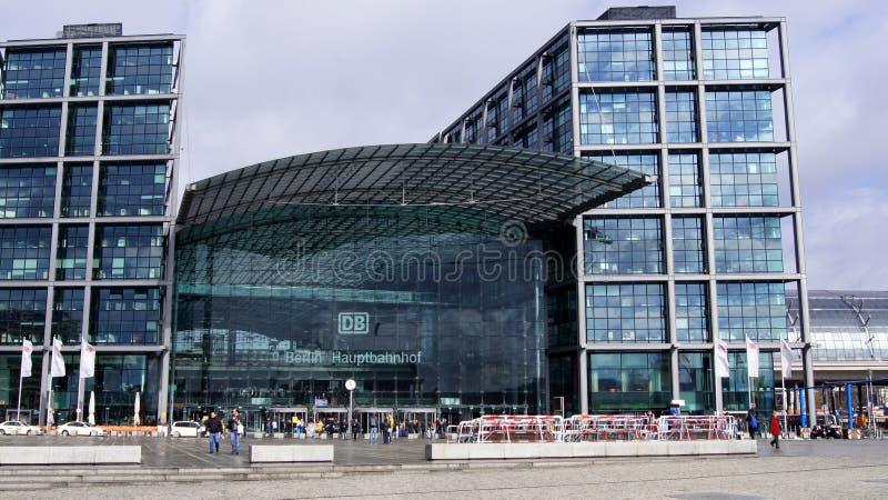 BERLIN TYSKLAND - MARS 31., 2015: Berlin Hauptbahnhof - Berlin Central Station är det huvudsakliga järnvägsstationstoppet på arkivbild