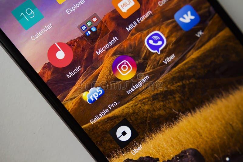 Berlin Tyskland - November 19, 2017: Apps symboler på skärmen av den moderna smartphonen Applikationsymbolsinstagram, viber, uber royaltyfria foton