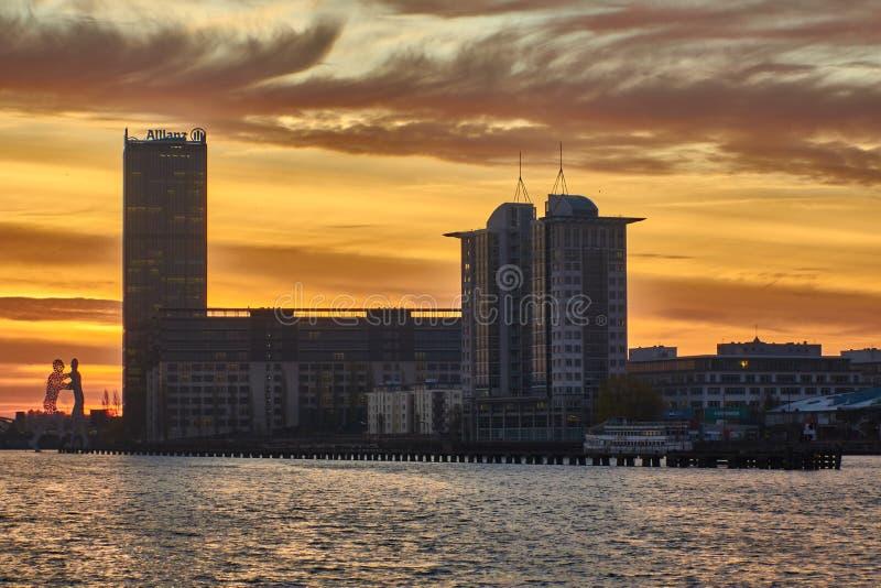 Berlin Tyskland - November 29, 2018: Flodfest med byggnaden av det Allianz f?rs?kringsbolaget och molekylmannen, en serie av fotografering för bildbyråer