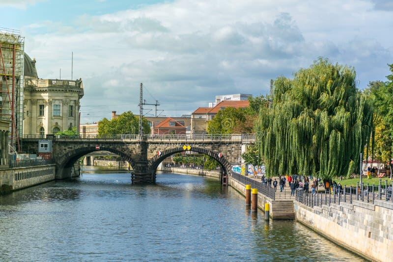 BERLIN TYSKLAND - SEPTEMBER 26, 2018: Överblick av en bro över festfloden under en solig dag med många besökare på royaltyfri bild