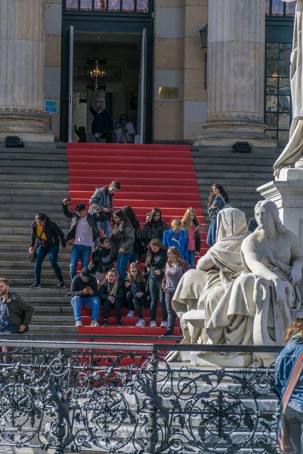 Berlin Tyskland - September 23, 2018: Grupp människor i en röd matta som är på trappan, som leda till ingången av royaltyfria foton