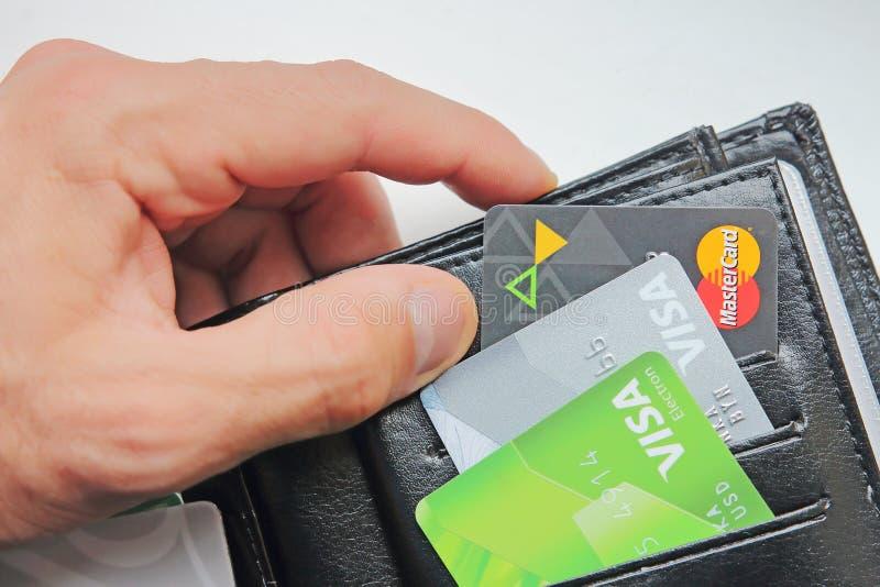 Berlin Tyskland - September 4, 2017: Handen av mannen tar plånbok w royaltyfri fotografi