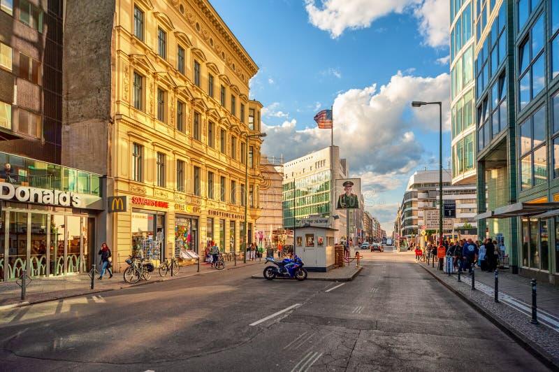 Berlin Tyskland, testpunkt charlie arkivbilder