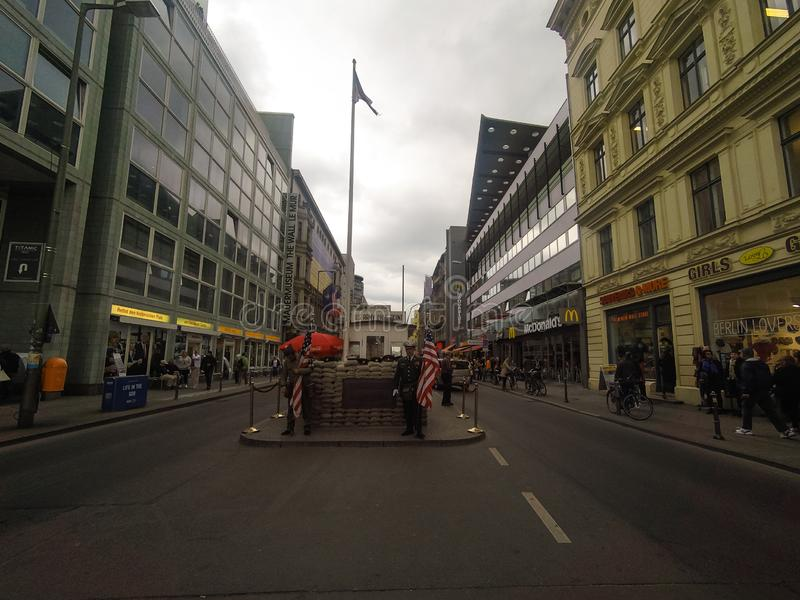 Berlin Tyskland - 2019 Tidigare bordercrosstestpunkt - punkt Charlie, i Berlin arkivfoto