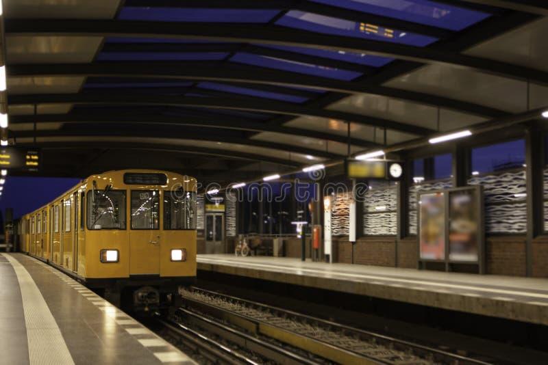 Berlin U-Bahn är det mest omfattande underjordiska nätverket royaltyfria bilder