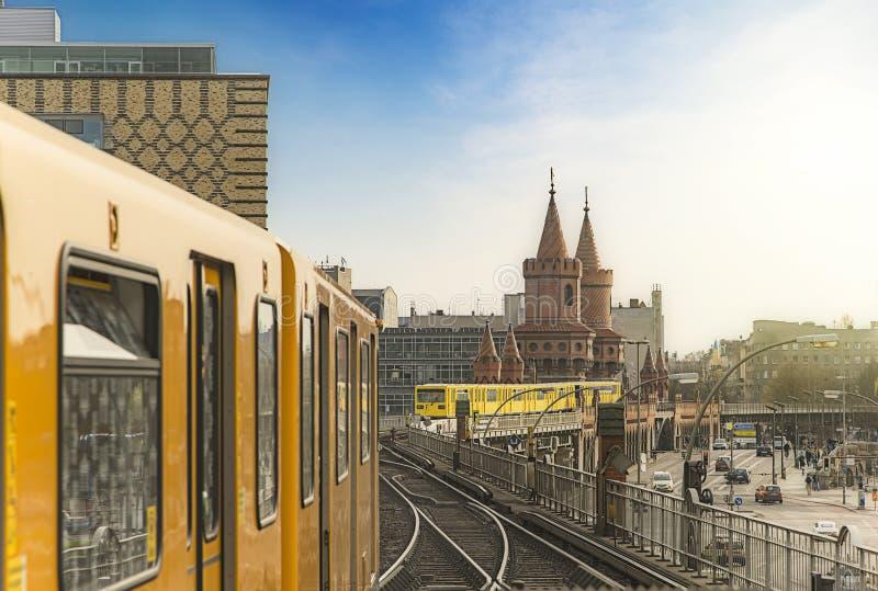 Berlin Ubahn Trains a Oberbaumbridge fotografie stock libere da diritti