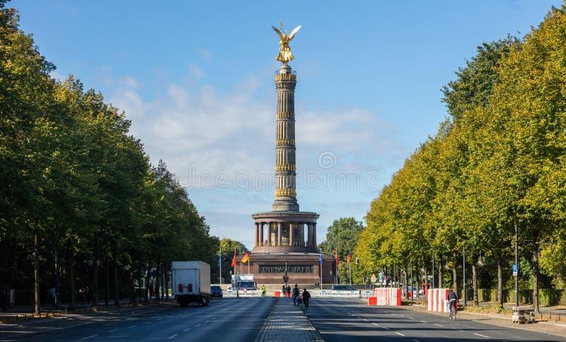 Berlin Victory Column Estátua dourada das tentativas do anjo para tocar no céu Nuvens, fundo das árvores fotografia de stock royalty free