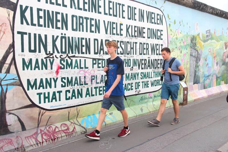 Berlin Wall besökare royaltyfri foto