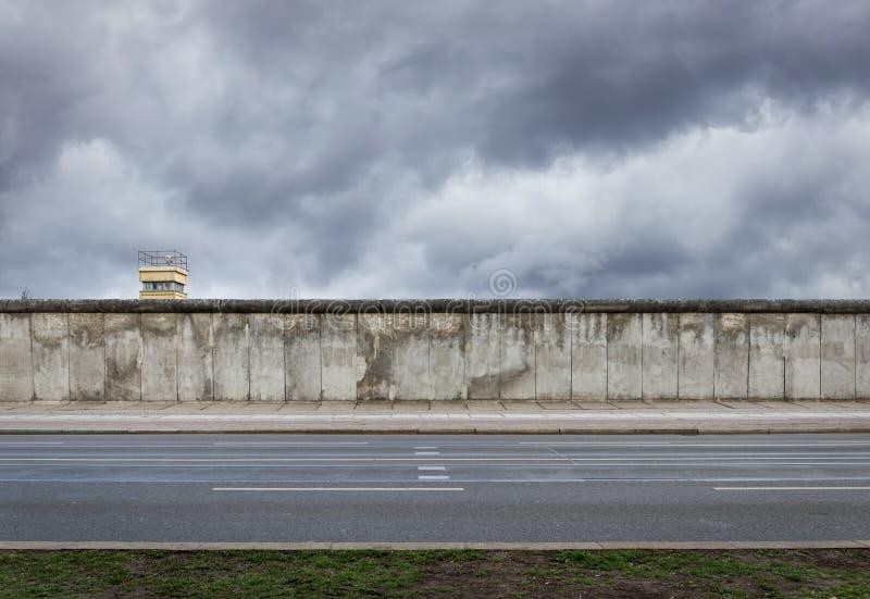 Berlin Wall con il posto di guardia a partire dalla guerra fredda fotografia stock libera da diritti
