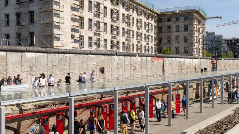 Berlin Wall en la topograf?a del centro de documentaci?n del terror fotos de archivo libres de regalías