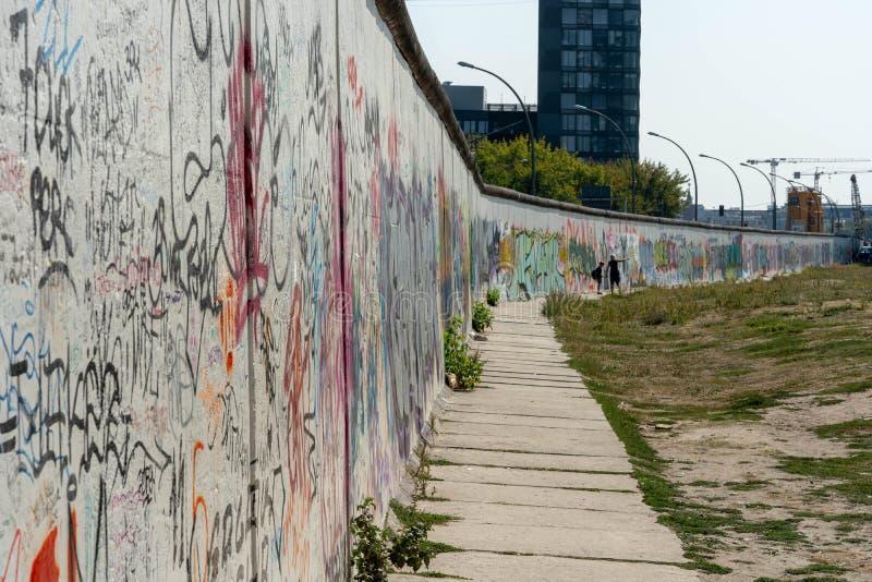 Berlin Wall gatakonst på väggen royaltyfria bilder