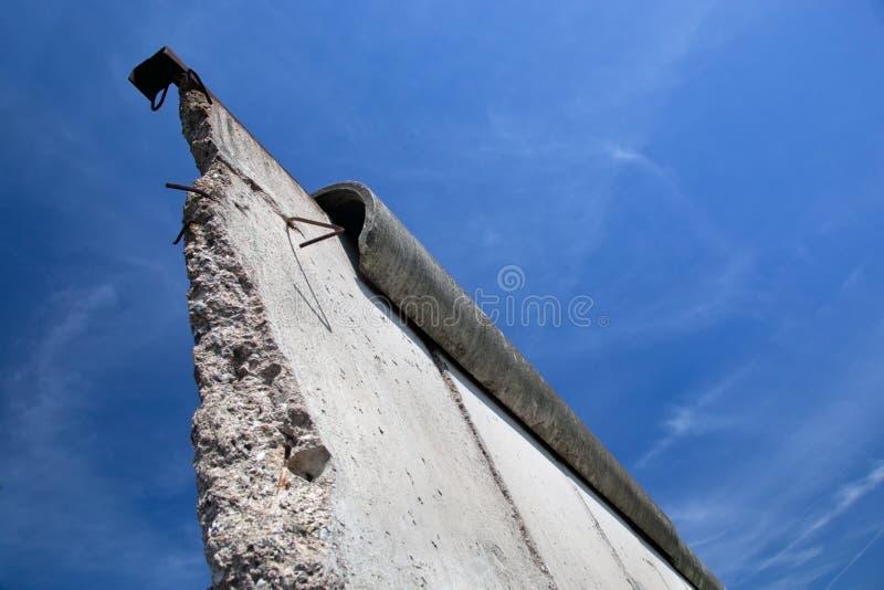 Berlin Wall Memorial med grafitti. royaltyfria bilder
