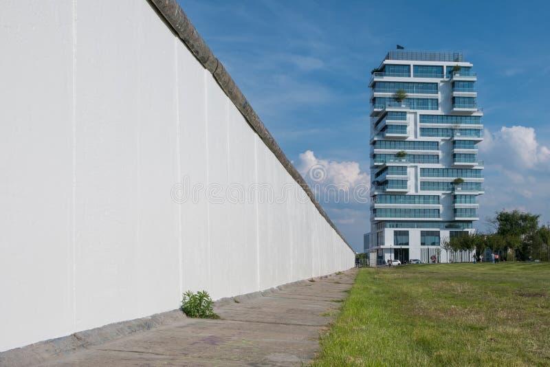 Berlin Wall och den höga löneförhöjninghyreshusen på den östliga sidan royaltyfria bilder