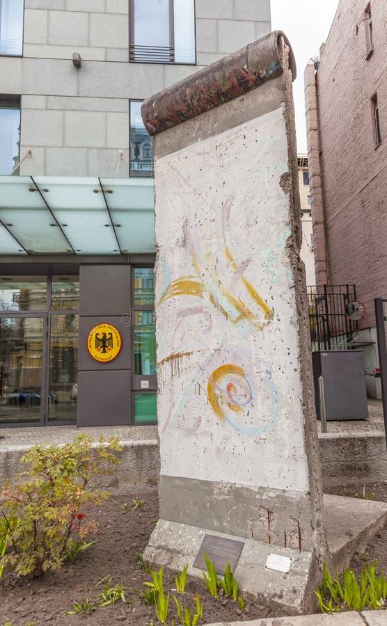 Berlin Wall Piece German Embassy Kiev Ucrânia imagens de stock royalty free