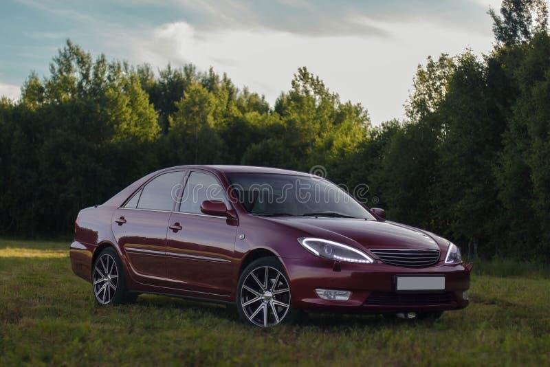 Berline classe de la d Toyota Camry de famille de porte du rouge de cerise 4 photo stock