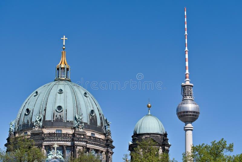Berliner Dom-und Fernsehturm & x28; Alexanderplatz royaltyfri bild