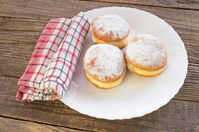 Berliner Donuts auf Teller auf Holztisch stockbild