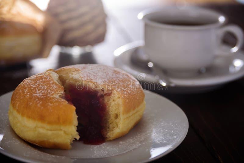 Berliner doughnut met bessenjam Sluit omhoog royalty-vrije stock foto