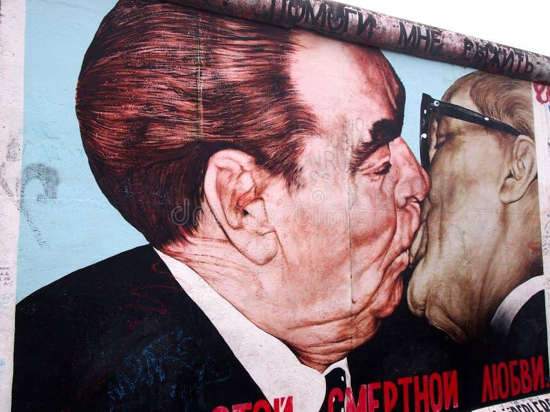 BERLINER MAUER - Kuss zwischen Brezhnev- und Honecker-Malerei auf Berlin Wall an der Ostseiten-Galerie am 22. September 2014 in B lizenzfreie stockfotografie