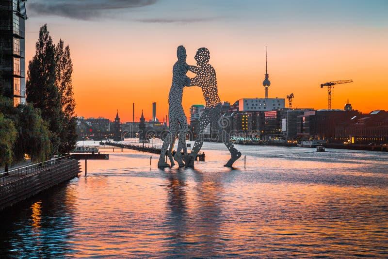 Berliner Skyline mit Molecule Man-Skulptur in Spree bei Sonnenuntergang, Deutschland stockfoto