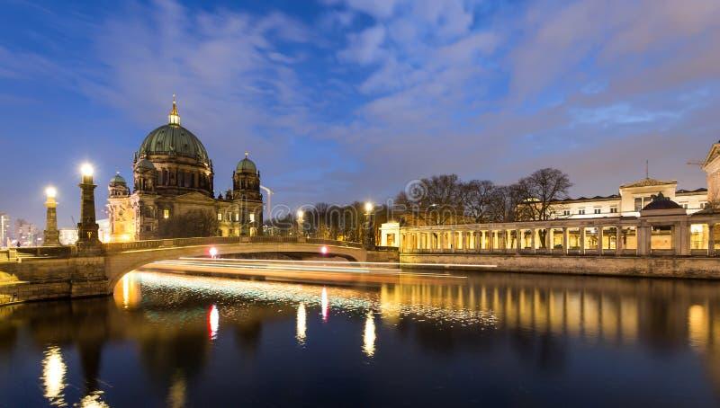 BerlinerDom vid flodfesten på natten royaltyfria bilder