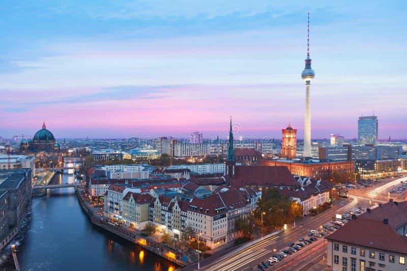 Berlino alla notte con Fernsehturm e Alexanderplatz fotografia stock libera da diritti