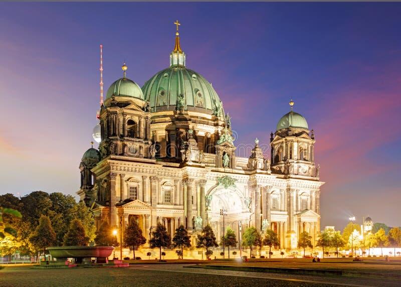 Berlino, DOM del berlinese alla notte fotografie stock libere da diritti