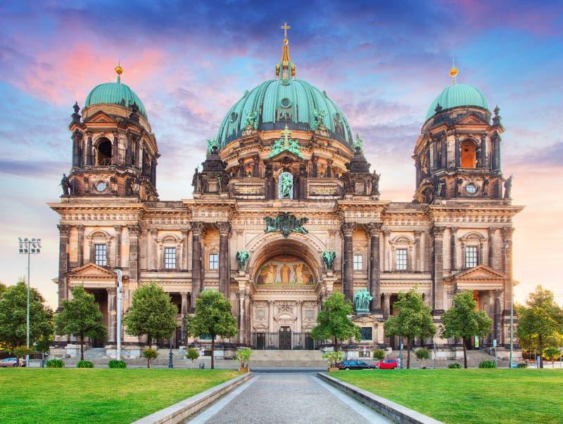 Berlino, DOM del berlinese alla notte fotografia stock libera da diritti