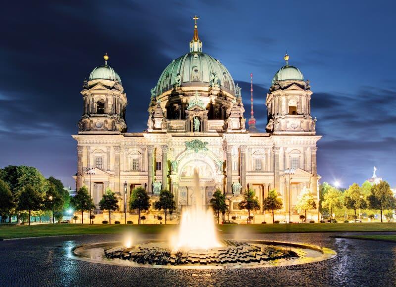 Berlino, DOM del berlinese alla notte fotografie stock