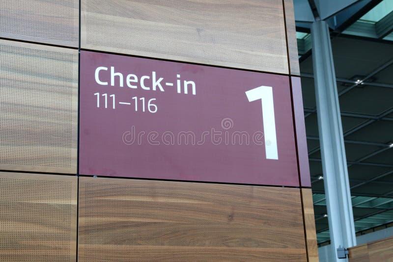 BERLINO, GERMANIA - 17 gennaio 2015: Dentro dei BER di Berlin Brandenburg Airport, ancora terminale in costruzione e vuoto fotografia stock libera da diritti