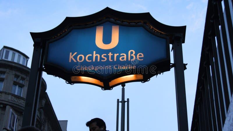 BERLINO, GERMANIA - 17 gennaio 2015: Segno a Checkpoint Charlie famoso, stazione della metropolitana della stazione di Kochstrass fotografie stock