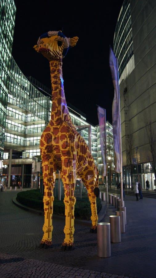 BERLINO, GERMANIA - 17 gennaio 2015: Una figura di una giraffa fatta da LEGO nel centro di scoperta di Legoland in Sony immagini stock libere da diritti