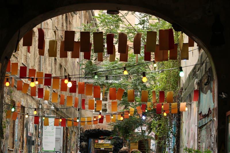 Berlino, Germania, il 13 giugno 2018 Un cortile di vecchio Berlino Est con le decorazioni fotografie stock libere da diritti