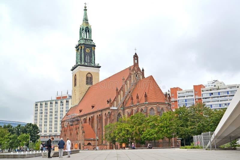 Berlino, Germania La chiesa del san di Maria nel giorno nuvoloso fotografia stock libera da diritti