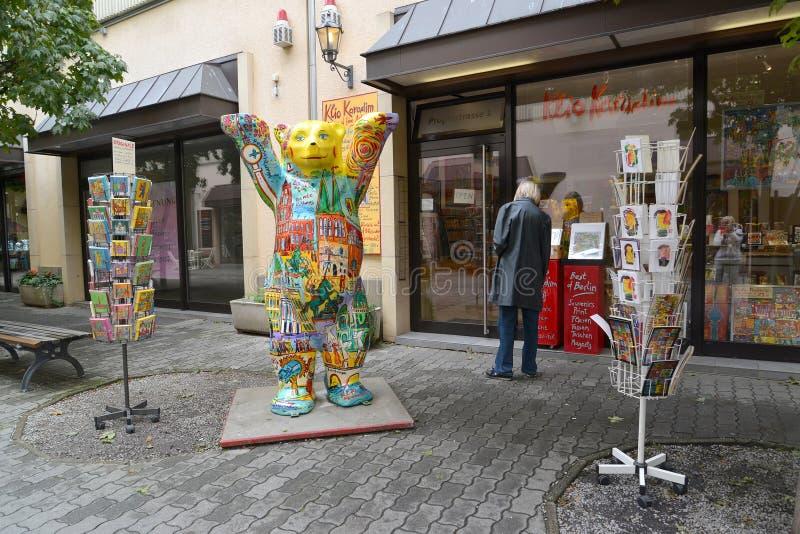 Berlino, Germania La statua dell'orso di Berlino sta vicino al negozio di regalo fotografie stock libere da diritti