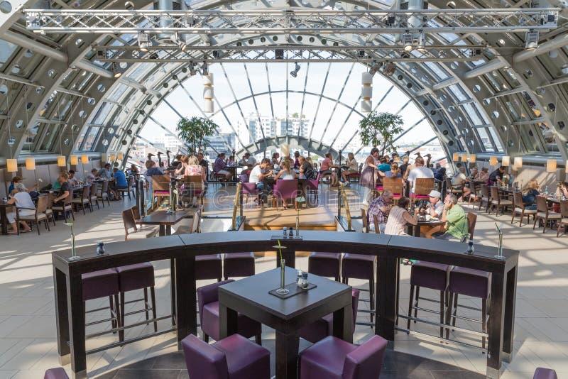 BERLINO, GERMANIA - 24 LUGLIO: La gente sconosciuta è mangiante e bevente nel ristorante del grande magazzino famoso KaDaWe in Ber fotografie stock