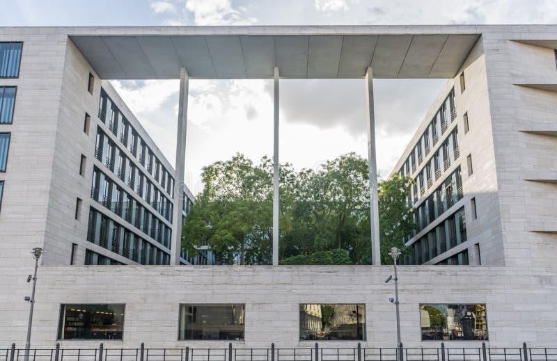 BERLINO, GERMANIA - 28 luglio 2018: Panorama dell'architettura simmetrica e quadrata di Foreign Office federale di immagine stock
